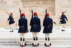 Odmienianie gwardia prezydencka dzwoni? Evzones przy zabytkiem Niewiadomy ?o?nierz, obok Greckiego parlamentu, Syntagma obrazy stock