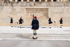 Odmienianie gwardia prezydencka dzwoni? Evzones przy zabytkiem Niewiadomy ?o?nierz, obok Greckiego parlamentu, Syntagma fotografia royalty free