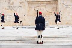 Odmienianie gwardia prezydencka dzwoni? Evzones przy zabytkiem Niewiadomy ?o?nierz, obok Greckiego parlamentu, Syntagma zdjęcie royalty free