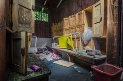 Odmienianie pokoje w starym lasu skąpaniu zdjęcie stock