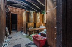 Odmienianie pokoje w zaniechanym basenie zdjęcie stock