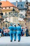 Odmienianie przy Praga kasztelu strażnikiem w Praga Zdjęcia Stock