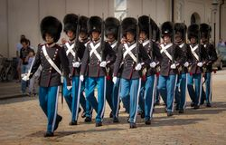 Odmienianie strażnik przy Amalienborg Royal Palace zdjęcie royalty free