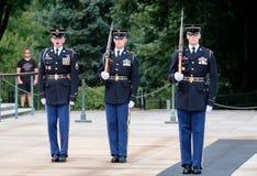 Odmienianie strażnik przy grobowem nieznane przy Arlington Na Fotografia Stock