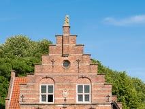 Odmierzony szczyt stary urząd miasta w Woudrichem, holandie zdjęcie stock