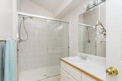 Odnawiący wnętrze biała łazienka obraz stock