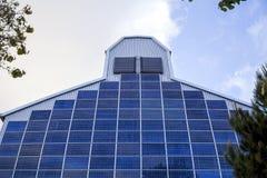 Odnawialna, alternatywna energia słoneczna, photovoltaic komórka - władzy roślina na ścianie budynek zdjęcia stock