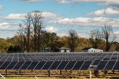 Odnawialny władzy energii słonecznej panelu gospodarstwo rolne Outside obraz stock