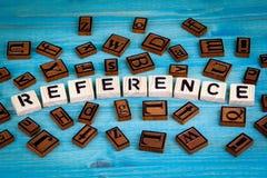 Odniesienie słowo pisać na drewnianym bloku Drewniany abecadło na błękitnym tle Fotografia Royalty Free