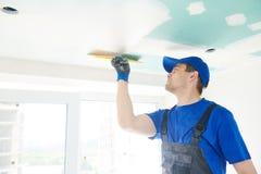 odnowienie Gipsiarz spackling gipsowego plasterboard sufit z kitem zdjęcie stock