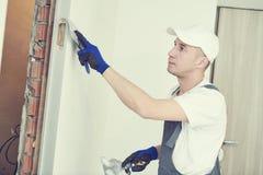 odnowienie Pracownik spackling ścianę z kitem fotografia stock