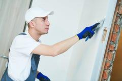 odnowienie Pracownik spackling ścianę z kitem obrazy stock
