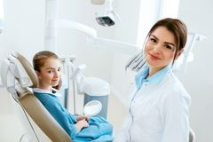 odontoiatria Clinica del dottore And Patient In del dentista Fotografia Stock Libera da Diritti