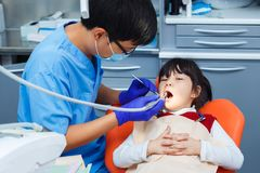 Odontologia pediatra, odontologia da prevenção, conceito da higiene oral imagens de stock royalty free