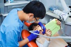Odontologia pediatra, odontologia da prevenção, conceito da higiene oral foto de stock