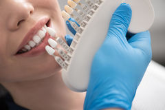 Odontologist wybiera stomatologiczną koronę dla promieniejącej kobiety Obrazy Stock