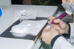 odontotecnico che usando i burs dentari con i denti dello zirconio Immagine Stock