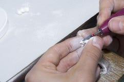 odontotecnico che usando i burs dentari con i denti dello zirconio Fotografia Stock