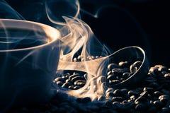 Odore di buon cofee dai semi arrostiti Immagine Stock