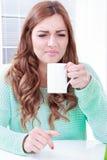 Odore disgustoso della donna di caffè con l'espressione del fronte fotografia stock libera da diritti