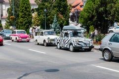 Odorheiu Secuiesc, Rumunia 07 2018 Lipiec: Biały Trabant 601 z czerń lampasami przy lokalnego weterana samochodowym przedstawieni obrazy stock