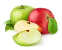 Odosobneni czerwoni i zieleni jabłka zdjęcia royalty free