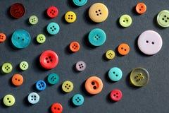 Odosobneni ubraniowi kolorowi guziki Zdjęcia Stock