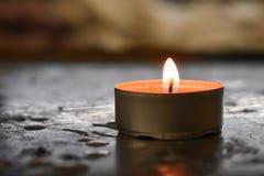 Odosobniona świeczka z zamazanym tłem obrazy stock