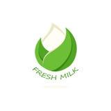 Odosobniona abstrakcjonistyczna biel kropla mleko w zielonym świeżym liścia logu Nabiału logotyp Kwaśnej śmietanki lub kefiru iko Obrazy Royalty Free