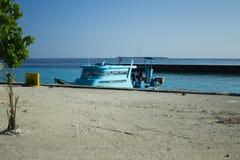Odosobniona błękitna łódź w schronieniu zdjęcie stock