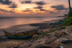 Odosobniona i pusta rybak łódź od Sri Lanka Łódź na tropikalnej plaży z morzem i wyspą na plecy zdjęcie stock