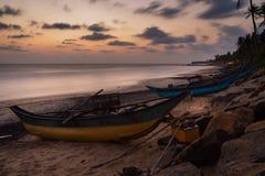 Odosobniona i pusta rybak łódź od Sri Lanka Łódź na tropikalnej plaży z morzem i wyspą na plecy obraz stock