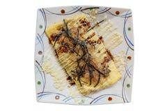 Odosobniona japończyka Omlette polewa z kumberlandem, Mayonaise, Katsuobushi suszył, fermentujący i dymiący skipjack gałęzatka, i Obrazy Stock