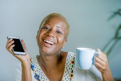 Odosobniona młoda atrakcyjna i szczęśliwa czarna afro Amerykańska kobieta ho Zdjęcia Stock