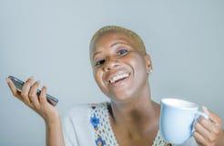 Odosobniona młoda atrakcyjna i szczęśliwa czarna afro Amerykańska kobieta ho Obrazy Stock