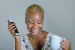 Odosobniona młoda atrakcyjna i szczęśliwa czarna afro Amerykańska kobieta ho Fotografia Royalty Free