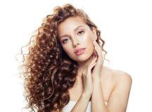 Odosobniona młoda kobieta z zdrową skórą i falistą fryzurą obrazy royalty free