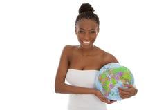Odosobniona piękna amerykanin afrykańskiego pochodzenia kobieta z kulą ziemską w jej ręce Obraz Royalty Free