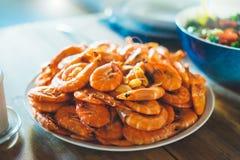 Odosobniona przygotowana pomarańczowa garnela na tło stole na kuchni, zbliżenie świezi krewetka produkty w restauraci zdjęcie royalty free