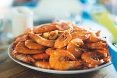 Odosobniona przygotowana pomarańczowa garnela na tło stole na kuchni, zbliżenie świezi krewetka produkty w restauraci, shellfish  zdjęcia royalty free