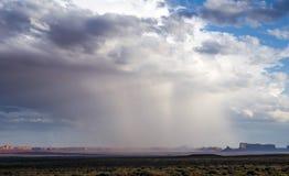 Odosobniona ulewa przy Pomnikową doliną z - widokiem od USA Hwy 163, Pomnikowa dolina, Utah zdjęcie royalty free
