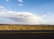 Odosobniona ulewa przy Pomnikową doliną z - widokiem od USA Hwy 163, Pomnikowa dolina, Utah zdjęcia stock
