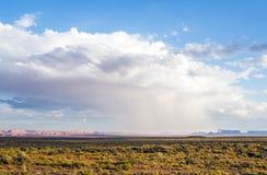 Odosobniona ulewa przy Pomnikową doliną z - widokiem od USA Hwy 163, Pomnikowa dolina, Utah fotografia royalty free