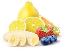 Odosobnione owoc Cała cytryna i plasterki, połówka banan, truskawki, czarne jagody odizolowywać na bielu z ścinek ścieżką zdjęcie stock