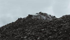Odosobnione skały w chmurach czarny i biały Obrazy Royalty Free
