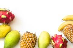 Odosobnione tropikalne owoc Ananas, banan, smok owoc i mango odizolowywający na bielu, Odgórny widok zdjęcia royalty free