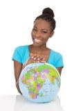 Odosobnionego amerykanina afrykańskiego pochodzenia uśmiechnięta kobieta siedzi wi Zdjęcia Royalty Free
