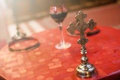 Odosobniony ślubnej ceremonii krzyż w frontowym, zamazanym szkle i Ortodoksalnego kościół ślubni akcesoria obraz stock