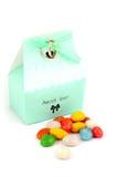 Odosobniony ślubny bonbonniere z cukierkami i obrączkami ślubnymi Obraz Royalty Free