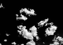 Odosobniony biel chmurnieje na czarnym niebie Set odosobnione chmury nad czarnym tłem cztery elementy projektu tła snowfiake biał Zdjęcia Royalty Free